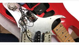 壊れたギターの写真